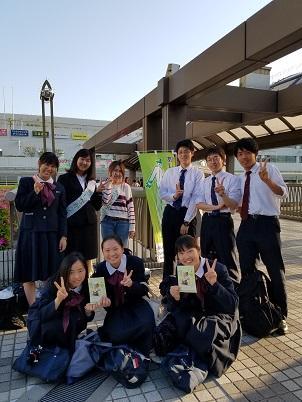 街頭募金活動に参加した学生の様子