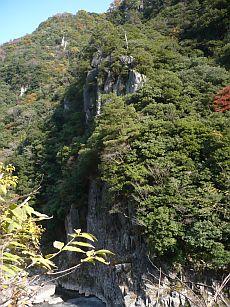 流紋岩の崖.jpg